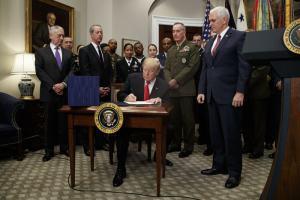 特朗普签署7000亿美元国防预算法案