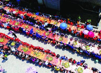 都安瑶族自治县众多游客欢聚三岛湾景区,品尝传统瑶族长桌宴.