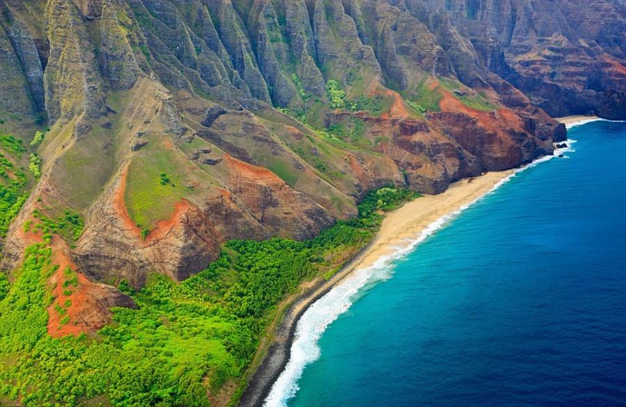有时考艾岛被称作花园之岛,来此旅行的人们惊叹于它的翡翠山谷,锯齿