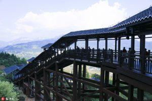 湖北恩施建成688米全球最长手扶电梯 国庆已开通运营