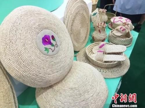 甘肃西和农家女巧编玉米皮家具