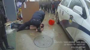 """临泉男子醉酒骑车""""追尾""""轿车 情绪激动竟袭警!"""