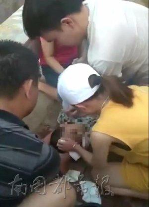 海口一孩子落水 男护士路过紧急抢救……