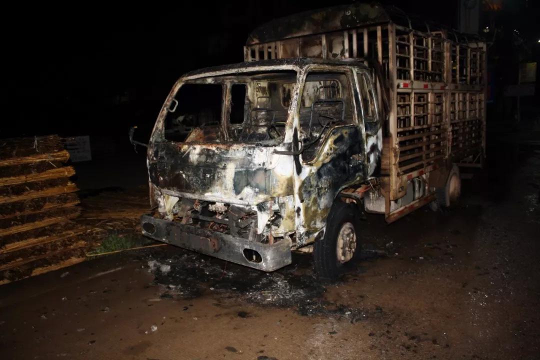 男子跟家人吵架,放火烧了家里的货车