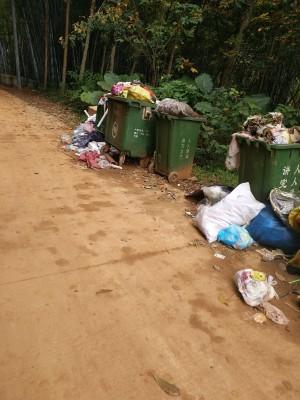 垃圾堆满路边没人清理。