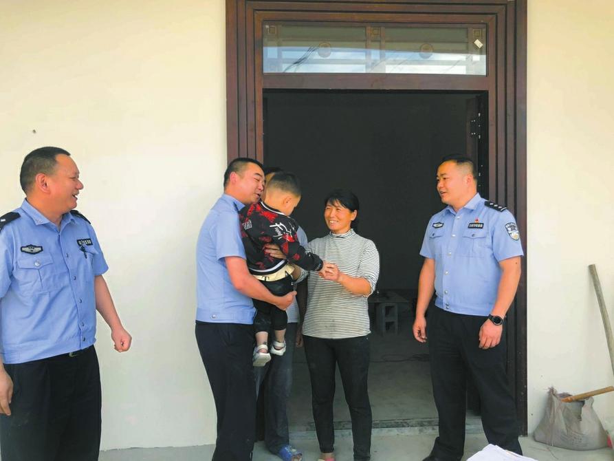 父母涉案被抓 被弃三岁男童在成都龙泉派出所备受宠爱