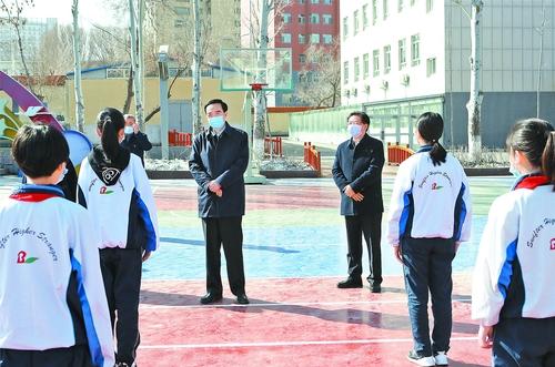 陈全国在乌鲁木齐市调研检查学校开学复课和校园疫情防控工作