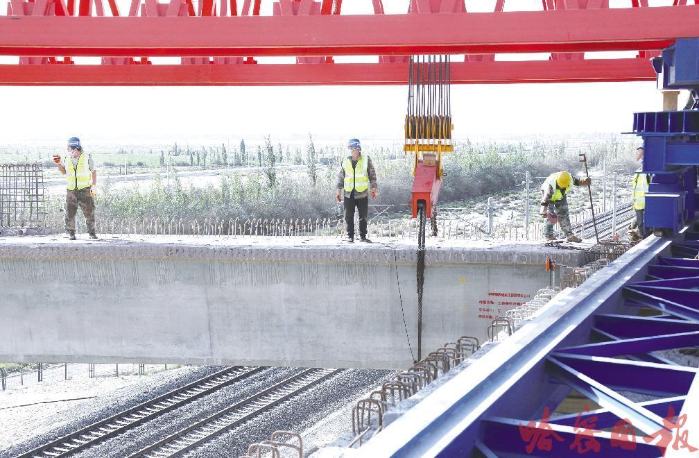 哈密兵地融合大道建设项目 成功实施跨兰新铁路架桥作业