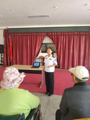 消防老师为颐养中心的老人普及消防安全知识