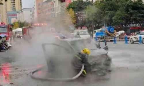 突发丨江油一辆汽车发生自燃,现场火势凶猛,浓烟滚滚!