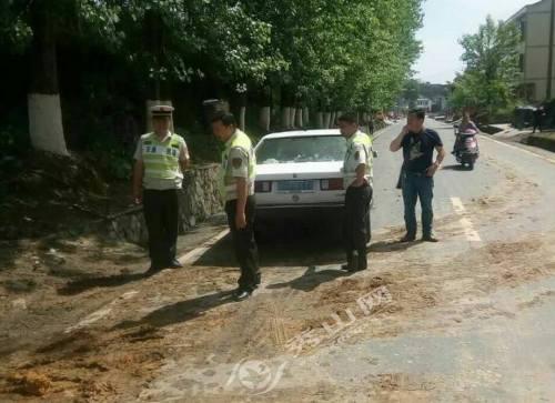 县路政大队及时制止污染公路行为