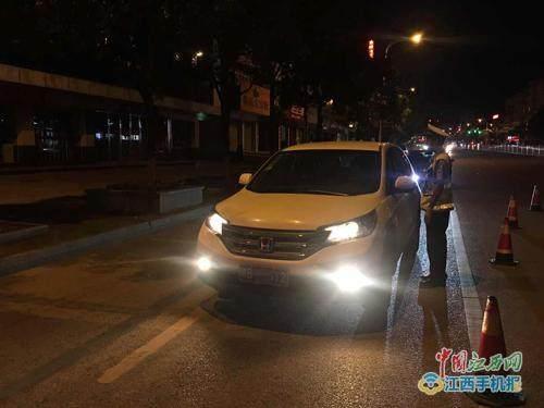 大余交警开展查处违法使用远光灯不文明交通行为(图)